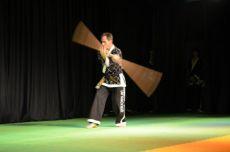 D�cio Thums mostrando habilidades com o bast�o