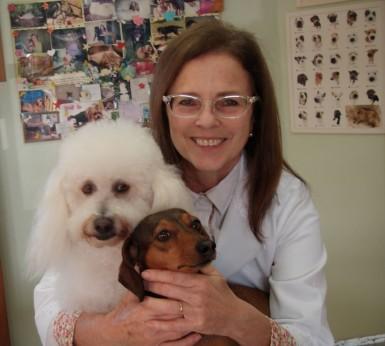 """Médica-veterinária Jane Veniza Laux da Silva, em seu consultório, com suas """"filhinhas"""" Kate e Nicolle (Foto: Arquivo pessoal)"""
