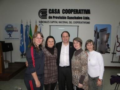 Professoras Luciane, Anelise, Daniela e Isamara se encontraram com o prefeito de Sunchales, Ezequiel Bolatti (Foto: Arquivo Pessoal/Isamara Sauthier)