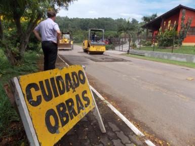 Rua Miguel Schneider est� sendo consertada