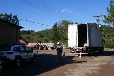Acidente ocorreu na frente de um mercado onde motorista descarregava
