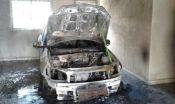 Carro é destruído por incêndio