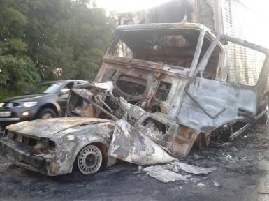 Ocupantes da Marajó morreram carbonizados na colisão com caminhão (Foto: JB Cardoso/Fato Novo)