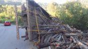 Caminhão de lenha tomba na BR 470