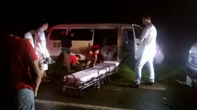 Motorista da Kombi e três passageiros do ônibus foram socorridos (Foto: Brigada Militar/Feliz)