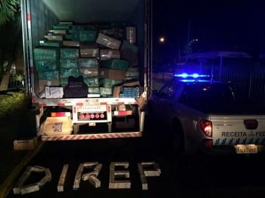 Caminhão transportava 300 mil maços de cigarros (Foto: Receita Federal)