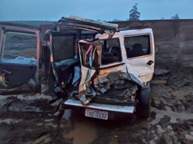 Dois ocupantes da Doblo ficaram feridos (Foto: André Oliveira/Rádio Viva)
