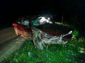 Carro bate em ponte e motorista fica ferido
