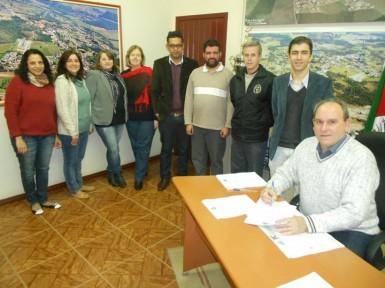 Contrato do aluguel do salão paroquial foi assinada na segunda-feira (Foto: Divulgação/Prefeitura)