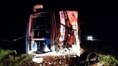 Ônibus tombou deixando quatro feridos (Foto: Polícia Rodoviária Federal)