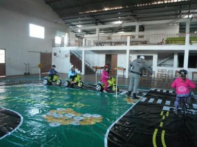 Alunos durante aula prática do projeto Trânsito Seguro (Foto: Divulgação)