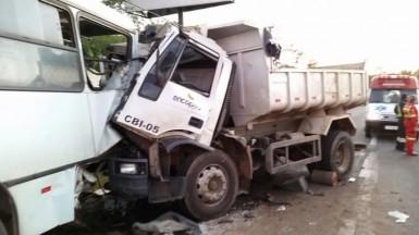 Motorista do caminhão ficou preso nas ferragens (Foto: Daniel Klein/Fato Novo)