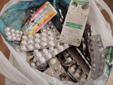 Remédios estavam na beira da estrada (Foto: Prefeitura)