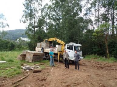 Prefeito e vice vistoriando os trabalhos da nova ponte  (Foto: Divulgação/Prefeitura)