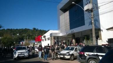 Parentes do homem morto fazem protesto na frente da Delegacia (Foto: Clóvis Nascimento/Vale Feliz FM)