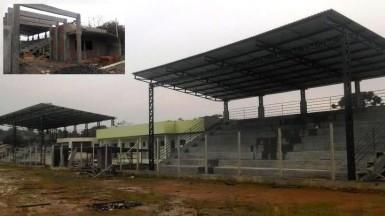 As duas arquibancadas cobertas terão capacidade para 900 torcedores sentados. No detalhe, construção da bilheteria (Fotos: Divulgação/Prefeitura)