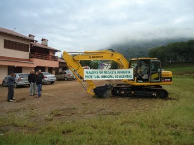 Escavadeira hidráulica qualifica serviços do município (Foto: Divulgação/Prefeitura)