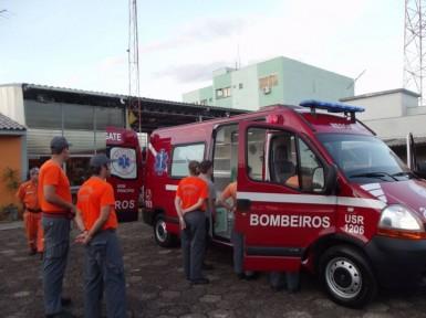 Bombeiros se deslocaram no veículo de resgate (Foto: Bombeiros)