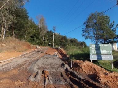 Rua do cemitério recebe pavimentação com pedra PAVS (Foto: Divulgação/Prefeitura)