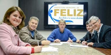 Prefeito assina convênio com moradores (Diego Leonhardt/Prefeitura)