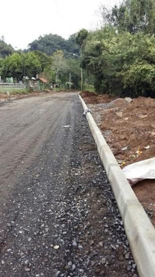 Estrada dos Viveiros recebe a base para o asfalto