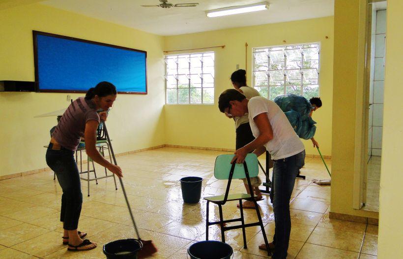 Resultado de imagem para limpeza escola