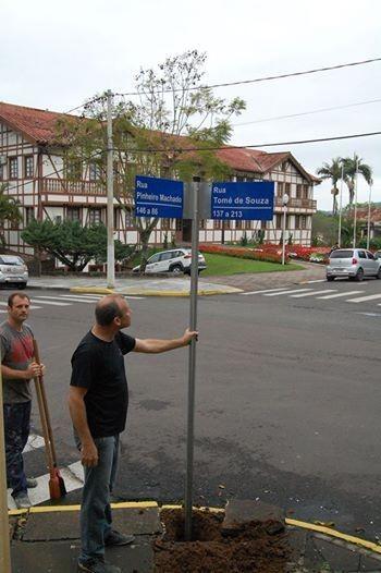 Placas informam nomes de ruas