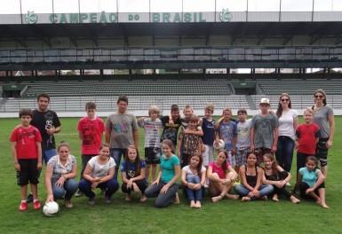 Alunos da escolinha esportiva visitam sedes do Juventude e Caxias