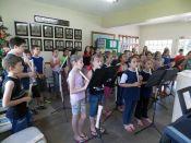 Alunos da Escola Prudentes de Moraes fizeram apresenta��es na Prefeitura e no Centro de Sa�de (Foto: Divulga��o/Prefeitura)